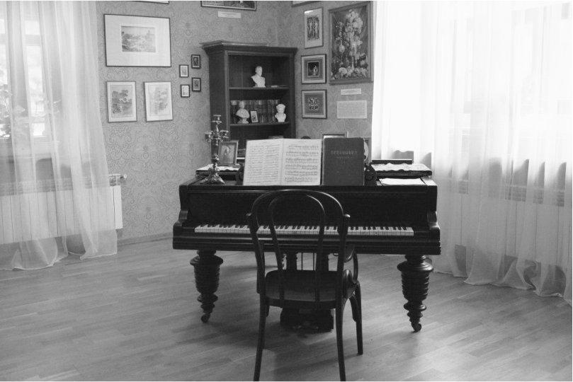 Сучасний вигляд кімнати з роялем в Музеї